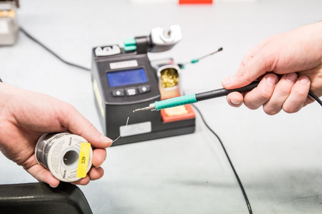 Een soldeerset is aanwezig om (tijdelijke) modificaties aan uw product te maken.